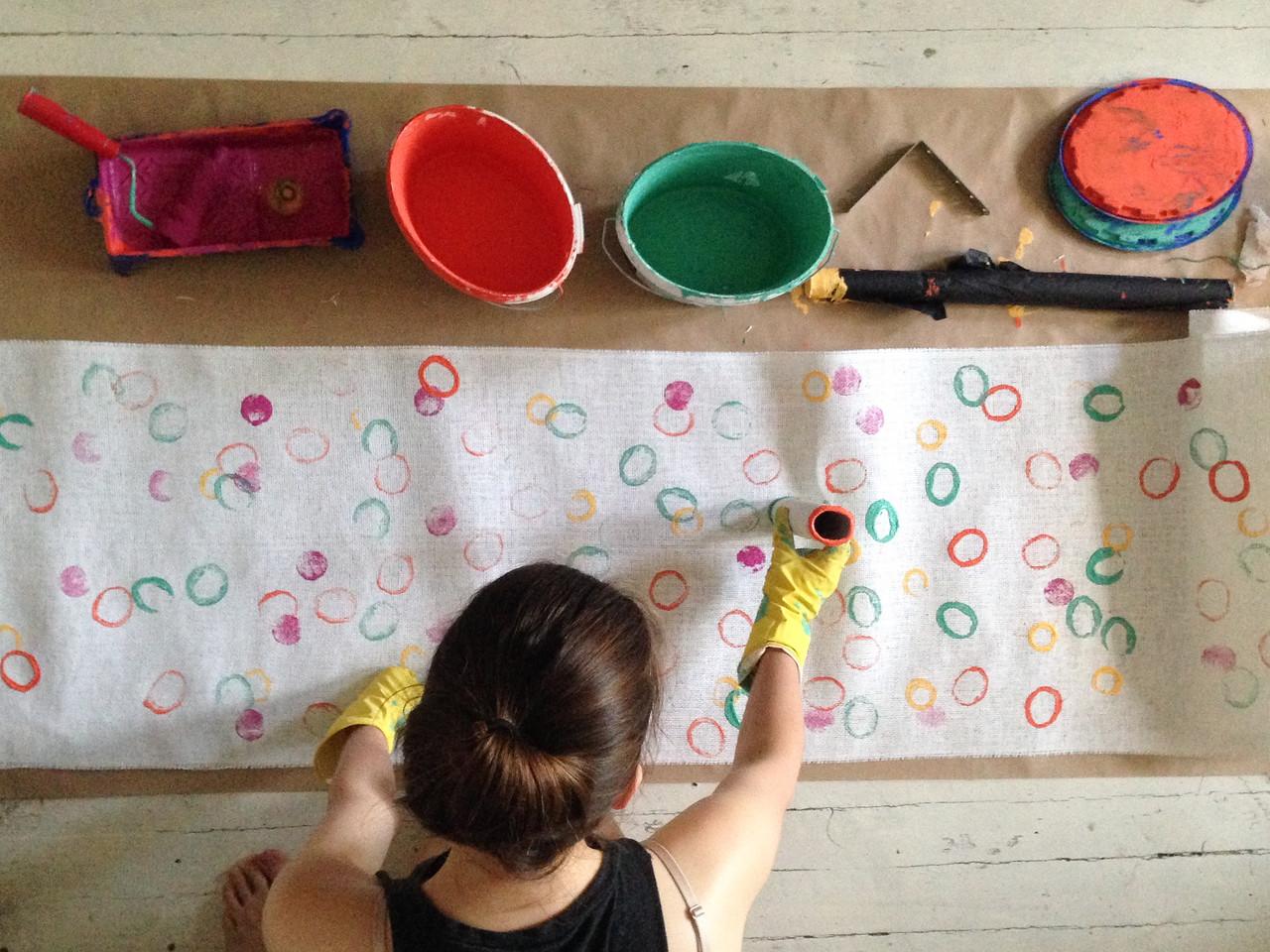 Эта ткань пойдет на обтяжку кубов. Кружки рисовала всем: рулонами, стаканами, срезами овощей и фруктов.